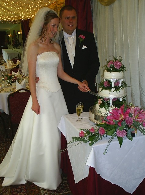 Elizabeth and Liam MUNT cutting the cake